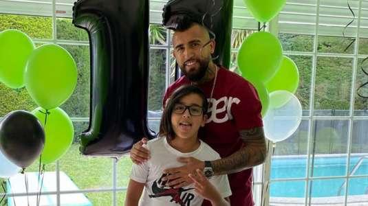 Hijo de Arturo Vidal muestra excéntrico y ostentoso regalo previo al Día del Niño