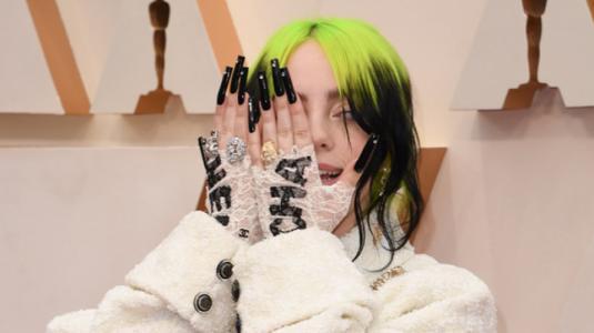 Billie Eilish vestida de Chanel en los Premios Oscar 2020