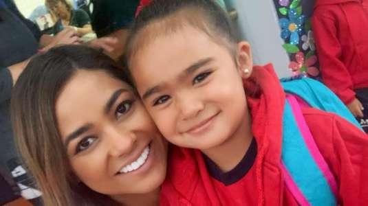 Camila Recabarren le hizo el corte de ceja de moda a su hija