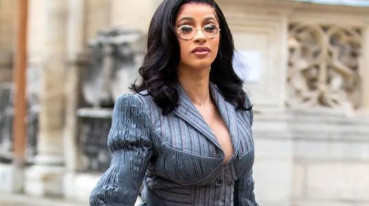 Cardi B aparece con un lujoso pasamontañas en la semana de la moda masculina de París