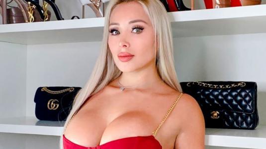 Daniella Chávez anuncia su soltería posando en diminuto bikini