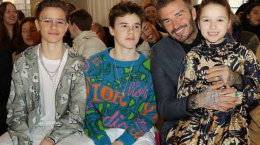 David Beckham apareció en el desfile de Victoria Beckham en Londres con dos sorpresas