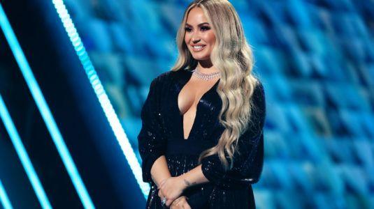 Los 5 looks que usó Demi Lovato para conducir los People´s Choice Awards
