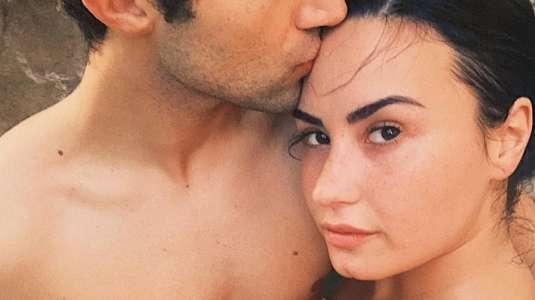 Demi Lovato revela que se casa con su novio Max Ehrich
