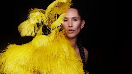 Di Mondo impacta en Nueva York con sexy diseño de plumas amarillas