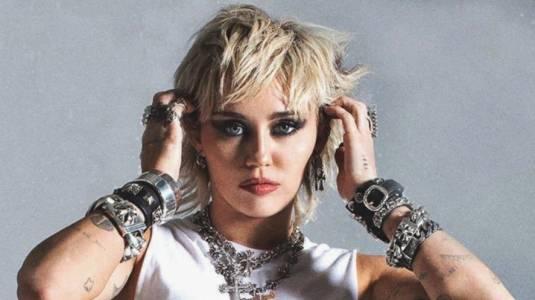 """""""Plastic Hearts"""": Miley Cyrus se consagra como una estrella del pop-rock"""