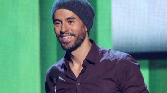 Enrique Iglesias enternece la web chocheando con sus mellizos