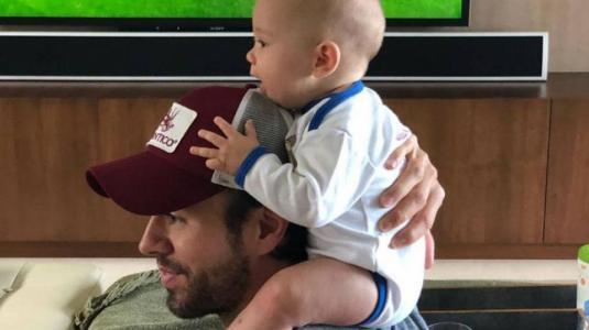 Enrique Iglesias enternece la web bailando con sus hijos