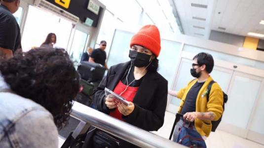 Mon Laferte se cuida del coronavirus con mascarilla en el aeropuerto