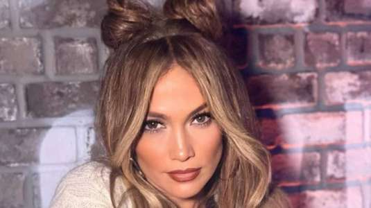Jennifer Lopez luce su primer look fashion desde la cuarentena