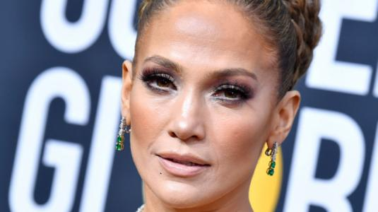 ¡Como un regalo! El comentado look de Jennifer Lopez en los Globos de Oro