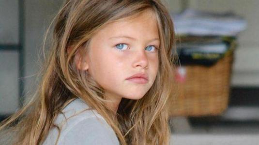 """La """"niña más linda del mundo"""" se roba las miradas en la Semana de la Moda en París"""