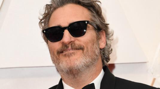 Oscars: Joaquin Phoenix decide usar el mismo traje en todas las premiaciones del 2020