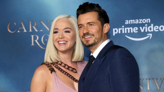 Katy Perry anunció el sexo de su guagüita con una foto de Orlando Bloom cubierto de torta