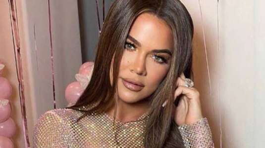 Khloé Kardashian imita look icónico de Selena Gomez
