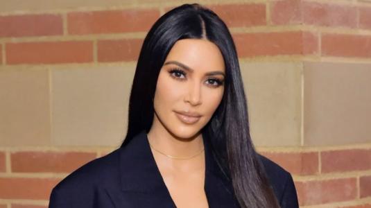 Kim Kardashian sale sin maquillaje a la calle y se esconde de los paparazzi