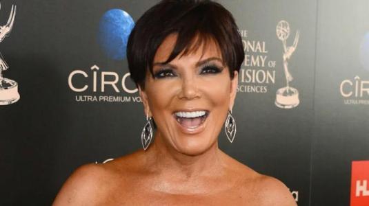 Paparazzis captan a Kris Jenner usando bolsa de cartón como cartera