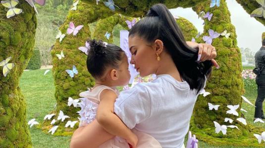 Khloé Kardashian le regaló una cartera de lujo personalizada Stormi