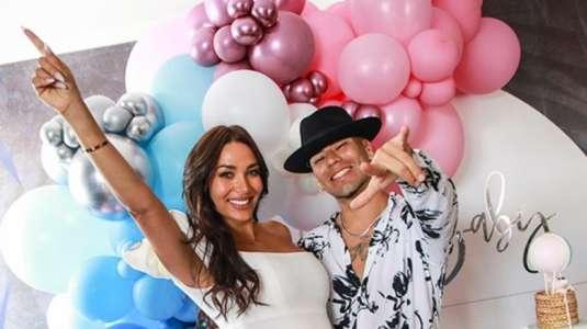 Raúl Peralta promociona su nueva canción bailando con su hijo en brazos