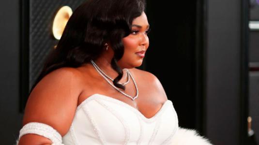 ¡De punta en blanco! Lizzo impacta con un elegante look en los Grammy