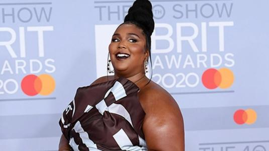 Lizzo sorprende vestida de chocolate en los BRIT Awards 2020