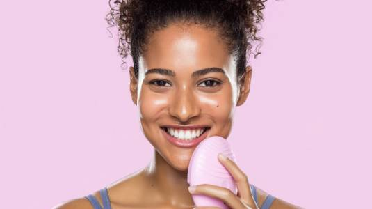 Llega a Chile el exitoso cepillo de limpieza facial inteligente de las famosas