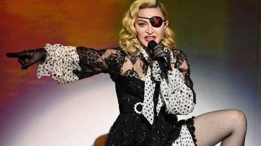 Madonna causa polémica por salir a marchar sin mascarilla y en muletas