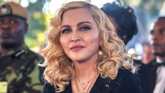 Madonna publica osada foto junto a su novio de 25 años: él la ayuda en la terapia