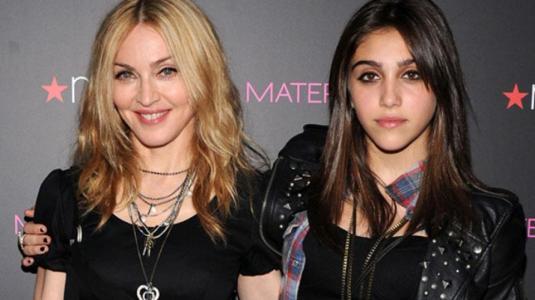 Hija de Madonna es paparazzeada en bikini y con axilas sin depilar