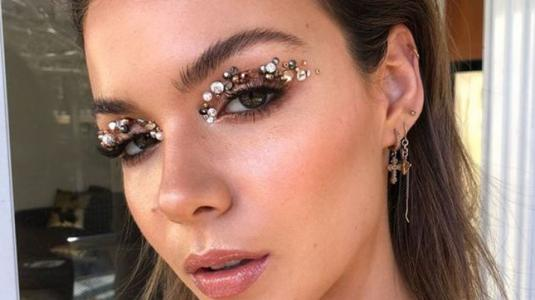 Lo nuevo en maquillaje para fiestas: las joyas desplazan al glitter