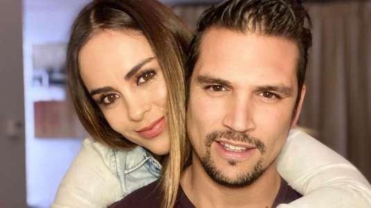 Maura Rivera y Mark González se visten iguales y celebran su amor