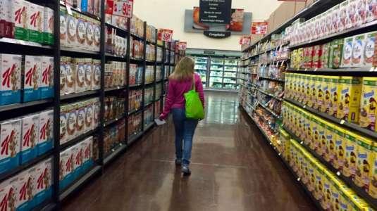 Expulsan a los gritos y en masa a mujer que entra sin mascarilla a supermercado
