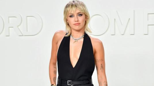 Miley Cyrus luce increíble figura en tacones y pantalón rojo de cuero