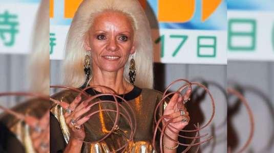 Mujer con las uñas más largas del mundo las pierde en doloroso accidente