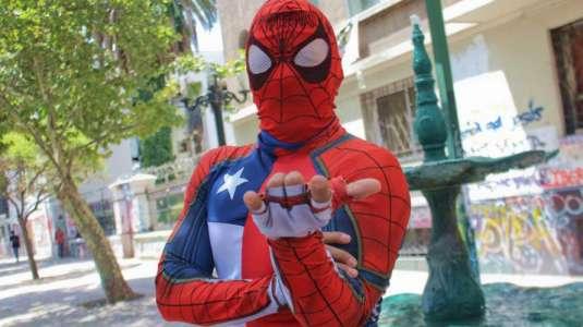 Sensual Spiderman lidera campaña para ayudar a familias de campamentos