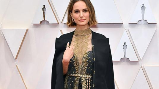 Natalie Portman bordó en su vestido a las directoras no nominadas a los Oscars