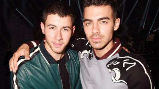 ¡Nick y Joe Jonas de cita doble con sus novias!