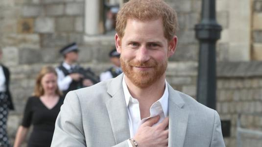Príncipe Harry reaparece en público tras renuncia a Familia Real