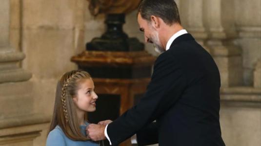 El rey Felipe de España cumplió 50 años y lo celebró con una condecoración a su heredera