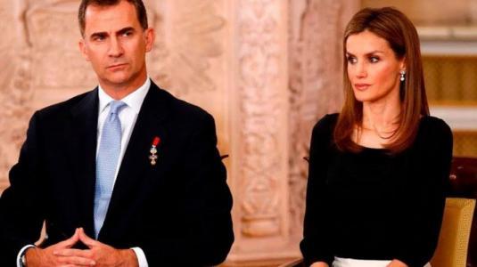 Reyes de España se convierten en viral por forzado beso