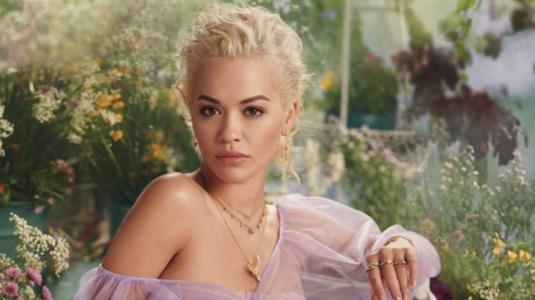 Rita Ora estampa el coronavirus en una polera y sale a la calle para alarmar a la población