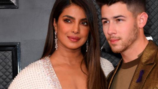 Escote XL de Priyanka Chopra en los Grammy genera opiniones divididas