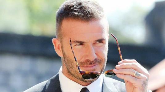 David Beckham es criticado por posar maquillado en portada de revista