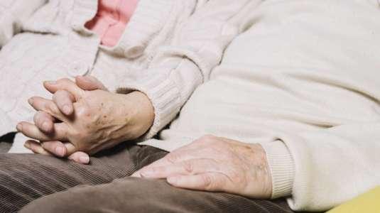 Pareja de abuelitos se reencuentra 70 años después y se vuelven a enamorar
