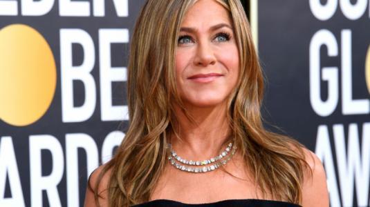 Jennifer Aniston impacta con vestido strapless en los Globos de Oro