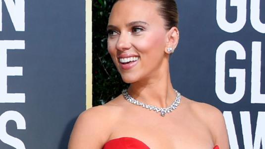 Scarlett Johansson luce pronunciado escote en la alfombra roja de los Globos de Oro
