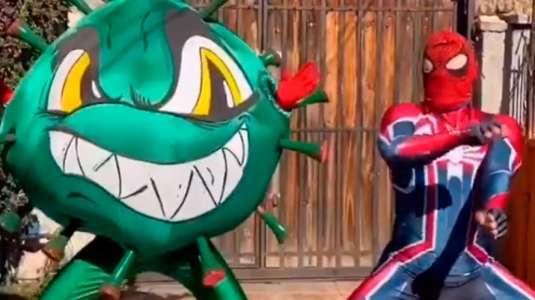"""Sensual Spiderman baila junto al """"coronavirus"""" y enseña a lavarse las manos"""