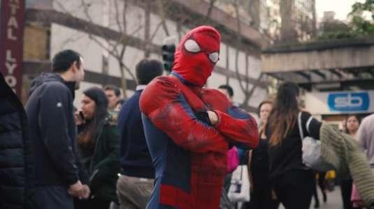 Sensual Spiderman ayuda a afectados por la pandemia con emprendimiento solidario