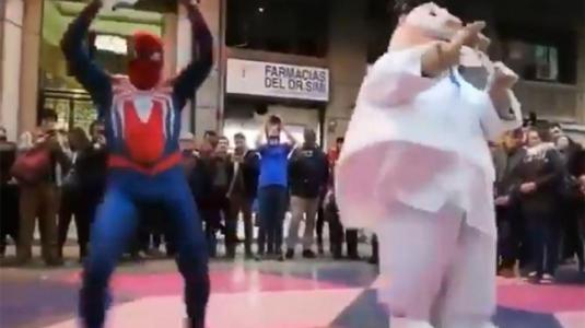 Dr. Simi y Spiderman se lucen con pie de cueca en pleno centro de Santiago