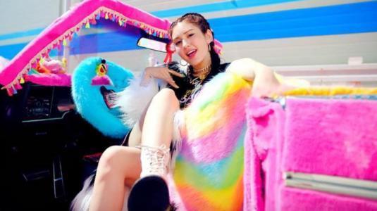 """Las conclusiones fashionistas detrás del videoclip de Somi """"Birthday"""""""